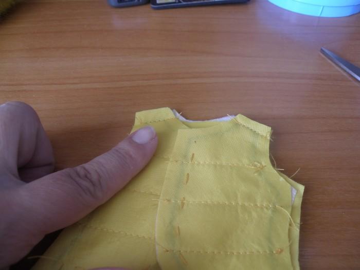 сшиваем полочки и спинку по линии плеч